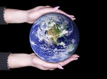 Hände und Erde Stockfoto