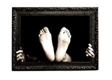 Hände und Füße in einem Feld Stockfoto