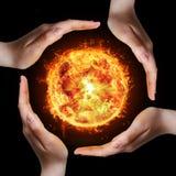 Hände und Feuer stockfoto