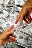 Hände und Geld stockfoto