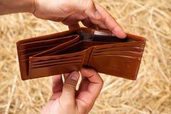 Hände und Geldbörse Stockfotos