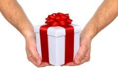 Hände und Geschenk Lizenzfreie Stockfotografie