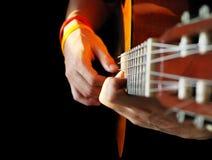 Hände und Gitarre Stockbild