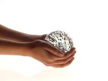 Hände und Glaskugel Stockfoto