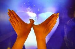 Hände und großer Touch Screen Stockfoto