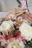Hände und Hochzeits-Blumenstrauß Stockfotos