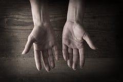 Hände und körniges Holz Lizenzfreie Stockfotografie