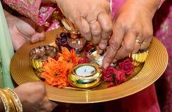 Hände und Kerzen für mendhi Hennastrauchhochzeit lizenzfreie stockbilder
