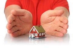 Hände und kleines Haus. stockbild