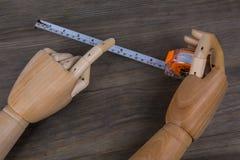 Hände und Maßband Lizenzfreies Stockfoto