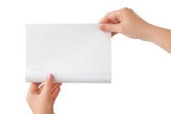 Hände und Papierrolle Lizenzfreie Stockfotos