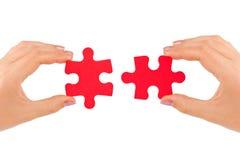 Hände und Puzzlespiel lizenzfreie stockfotos