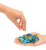 Hände und Puzzlespiel Stockbilder