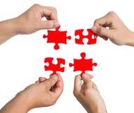 Hände und Puzzlespiel Lizenzfreie Stockfotografie