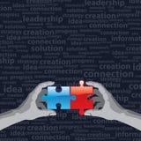Hände und Puzzlespiel auf schwarzem Hintergrund Lizenzfreies Stockfoto