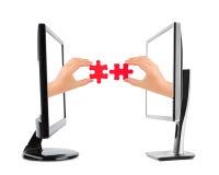 Hände und Puzzlespiel in den Computern Lizenzfreie Stockbilder