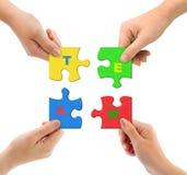 Hände und Puzzlespiel Team Lizenzfreie Stockfotos