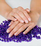Hände und Schmucksachen Lizenzfreies Stockfoto