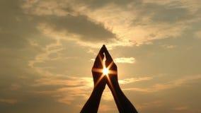 Hände und Sonne stock footage