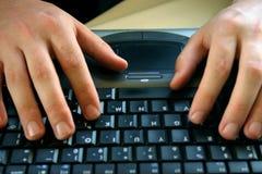 Hände und Tastatur Stockfotografie