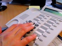 Hände und Telefon Lizenzfreie Stockbilder