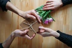 Hände und Umarmung Valentinsgruß ` s Tag lizenzfreie stockfotos