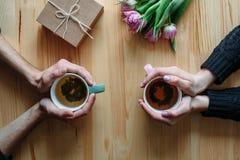 Hände und Umarmung Valentinsgruß ` s Tag lizenzfreie stockbilder