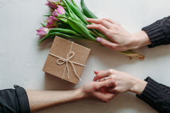Hände und Umarmung Valentinsgruß ` s Tag stockfotografie