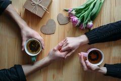 Hände und Umarmung Valentinsgruß ` s Tag stockfotos