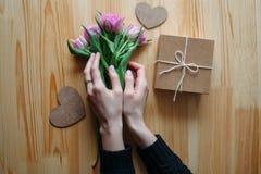 Hände und Umarmung Valentinsgruß ` s Tag lizenzfreies stockbild