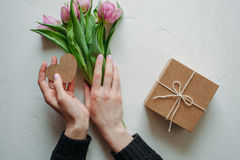 Hände und Umarmung Valentinsgruß ` s Tag stockfoto