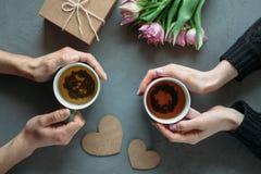 Hände und Umarmung Valentinsgruß ` s Tag stockbilder