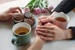 Hände und Umarmung Valentinsgruß ` s Tag lizenzfreie stockfotografie