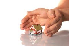 Hände und wenig Haus. stockbilder