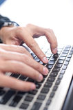 Hände unter Verwendung der Laptop-Tastatur Lizenzfreie Stockbilder
