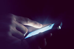 Hände unter Verwendung des Telefons Lizenzfreies Stockfoto