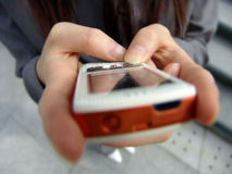 Hände unter Verwendung PDA Lizenzfreie Stockfotografie