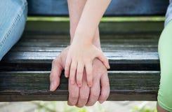 Hände Vater und Tochter Lizenzfreies Stockbild