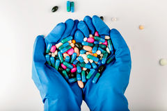 Hände voll der Medikation Tablets und Pilse stockfoto