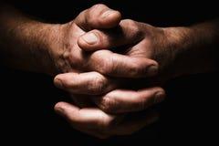 Hände von ältere Personen bemannen ` s Palmen zusammen, Gedanke über Probleme Lizenzfreie Stockfotografie