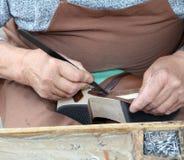 Hände von cordwainer in der Werkstatt Stockfotos