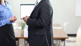 Hände von den Geschäftsleuten, die Gesten bei der Unterhaltung tun stock video