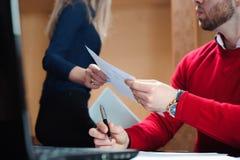 Hände von den Geschäftsleuten, die miteinander Dokument führen lizenzfreie stockbilder