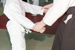 Hände von den Kindern, die in der Position auf der Kampfkunstausbildung stehen Lizenzfreie Stockfotografie