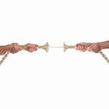 Hände von den Leuten, die das Seil auf weißem Hintergrund ziehen Getrennt auf Weiß lizenzfreie stockfotografie