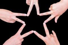 Hände von den Mädchen, die Stern machen, formen auf Schwarzes Stockfoto