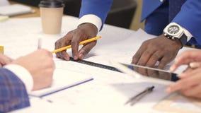 Hände von den multiethnischen Kollegen, die Hausplan zeichnen stock video