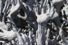 Hände von der Hölle bei Wat Rong Khun Stockbilder