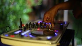 Hände von DJ auf Drehscheibe stock video footage