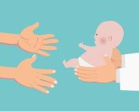 Hände von Doktor ein Baby zu den Elternhänden gebend Stockfotografie